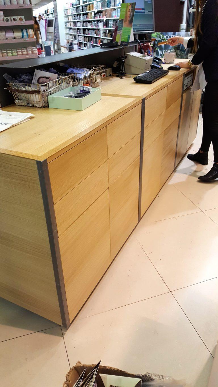 Parfumerie à Marseille Meubles comptoirs en chêne et acier  – Finition: vernis satiné
